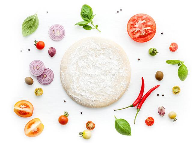 Patte à pizza et condiments