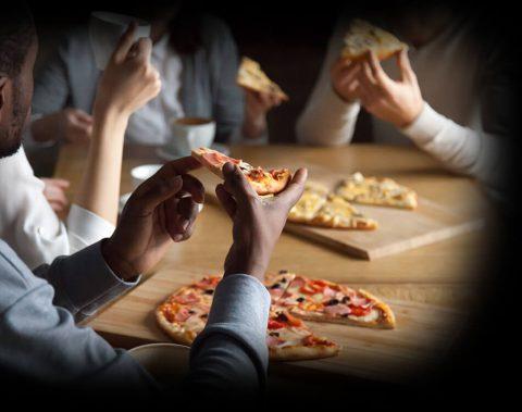 Des amis partagent une pizza Augusto